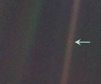 1990 photo of Earth, a tiny dot in the vastness of space, taken from Voyageur 1 spacecraft, at the request of Carl Sagan.