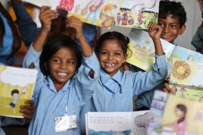 india_childrenholdingbooks_varunchaudhury